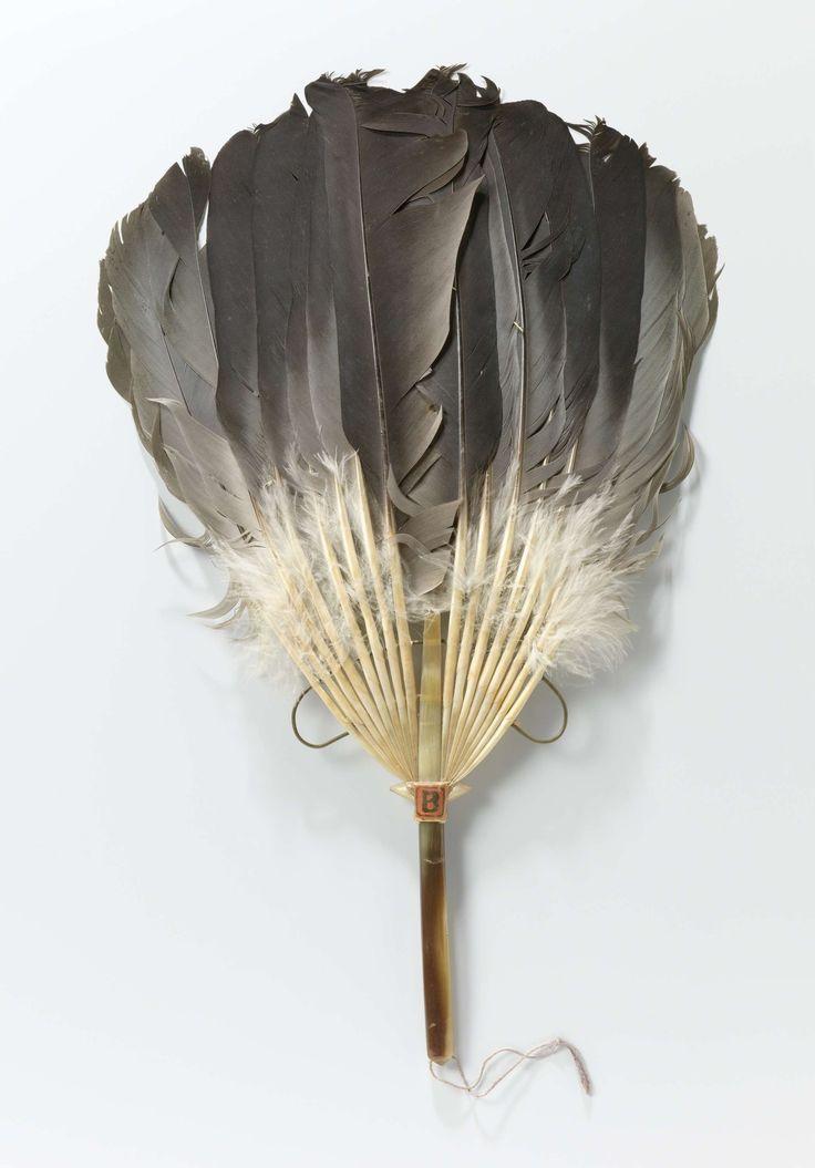 Stokwaaier met een blad van zestien ganzenveren en een handvat van hoorn, anoniem, ca. 1900 - ca. 1925