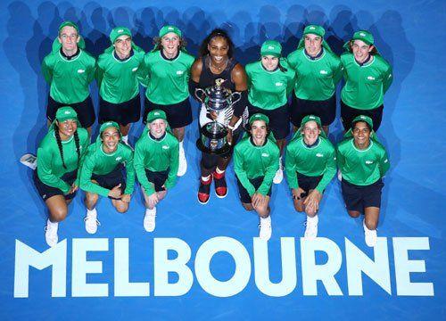Serena Williams ha fatto record assoluto vincendo il derby di famiglia contro la sorella maggiore Venus nella finale Australian Open 2017 di tennis. La fin