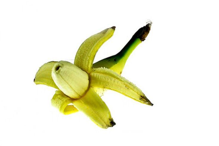 Cómo preparar una mascarilla facial de banano. Los costosos tratamientos faciales que podrías recibir en un spa en ocasiones se basan en ingredientes simples de uso común en cualquier cocina. Atreverse a untar sobre tu rostro lo que debería ser comida, sin embargo, puede requerir una receta ...