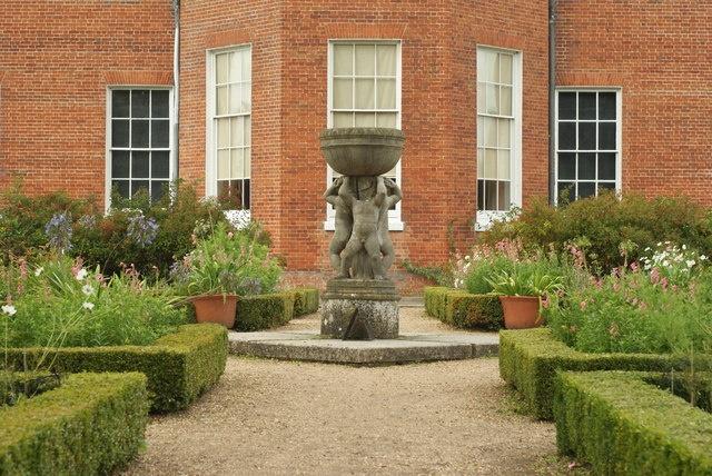 English: Garden at Hatchlands Park, Clandon, Surrey designed by Gertrude Jekyll.