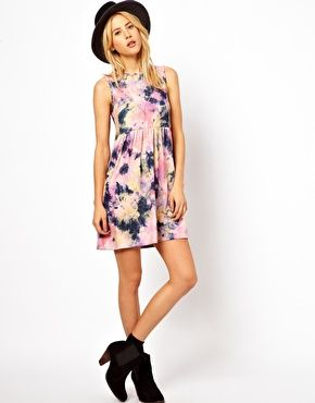 Imagen 4 de Vestido amplio con estampado de efecto teñido anudado de ASOS.