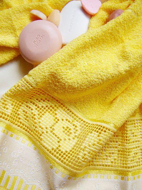 Toalha de banho com detalhe em ponto cruz....maravilhosa...