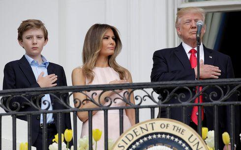 カメラは見た!ドナルド・トランプ大統領にメラニア夫人がマナー指導