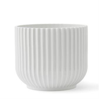 De Lyngby bloempot van Lyngby Porcelæn is een moderne variant op de klassieke Lyngby vaas uit 1936. Toen Lyngby het eerste ontwerp - met zijn Bauhaus-geïnspireerde strakke vorm en geribbelde oppervlak - lanceerde, vormde het een schril contrast tot andere populaire vazen uit die tijd. Het was dan ook pas na de '50er jaren dat de vaas aan populariteit won bij het grote publiek. Een geweldige keuze voor kleine potplanten!