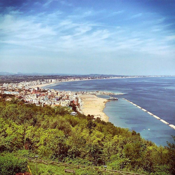 Riviera romagnola vista da Gabicce Monte #Gabicce #romagna #vista #cattolica #instacattolica #promontorio #bancacarim #adriaticsea #riviera #instagram #bancacarim