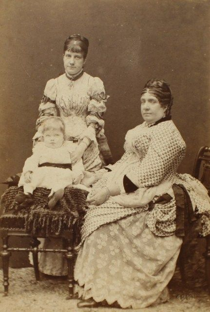 Isabella with her daughter Paz and grandchild