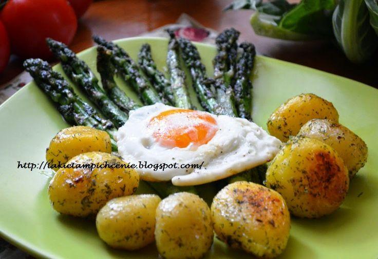 Smak, zapach, kolor, tradycja z nutką nowoczesności...: Młode ziemniaczki grillowane szparagi i jajka sadz...