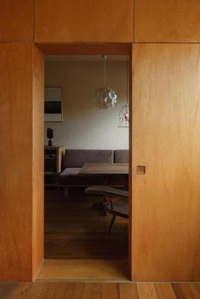寝室よりダイニングを見る/壁:シナベニヤ柿渋塗装 床:杉板(ローコストリノベーション  無機質空間から木質空間へ) - リビングダイニング事例|SUVACO(スバコ)