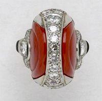 Ring van Fabery de Jonge Een platina ring met geslepen koraal en briljanten. Gesigneerd 'Marchak'. Parijs, circa 1920-1925.