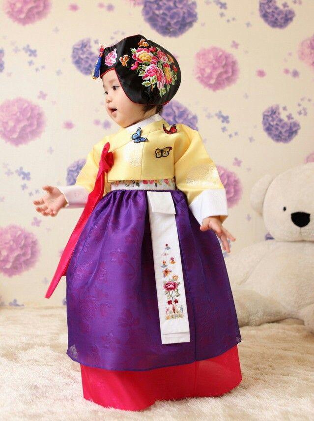 .Korean cutie in hanbok.