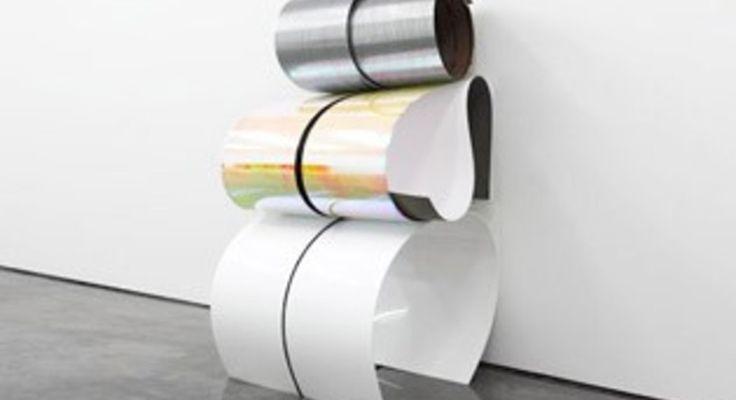 Invece di dipingere su tele piatte, Julia Dault realizza installazioni site-specific piegando fogli di plexiglas o formica ricoperti da materiali inusuali come spandex, pelle sintetica, vinile o vernice.
