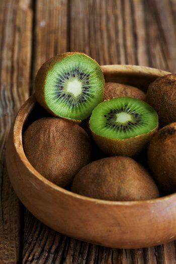 キウイというとニュージーランド産というイメージが強いですが、国内でも東北から九州までと、広い範囲で栽培されている果物です。国産とニュージーランド産の旬がうまい具合に重ならないために、年間を通して美味しく食べられるキウイ。これからの寒い時期には国産キウイが旬を迎えます。
