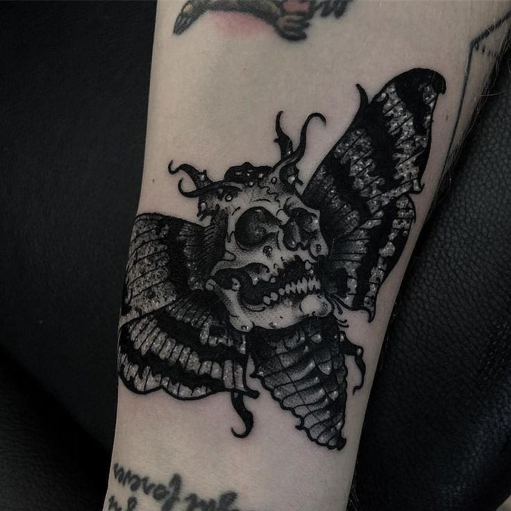 "6,247 Synes godt om, 38 kommentarer – TattooSnob (@tattoosnob) på Instagram: ""Death Moth tattoo by @jswartztattoo at at Immortal Art in Scottsdale, AZ #jswartztattoo #johnswartz…"""