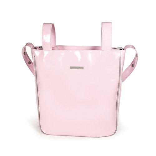 Bolsa panadera o bolso para silla de paseo weed Baby en charol rosa  con logo de Pasito a pasito. Bolsa para silla de paseo, muy elegante y práctica, para llevar todo lo que necesite tu bebé. Incluye asa larga para colgar en el hombro. Forro interior a tono con bolsillos. Se puede lavar a mano o a máquina a 30º. Los materiales utilizados están libres de colorantes azoicos, ftalatos y sustancias nocivas para la salud. Medidas: 35X35X10 cm. Bolsas de maternidad Pasito a pasito.