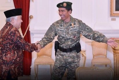 Dok. Presiden Jokowi sambut Din Syamsuddin dengan seragam militer lengkap. Jokowi Salah Kostum Jadi Buah Bibir.