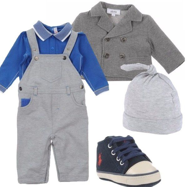 Tuta salopette con tasche e polo blu a maniche lunghe con colletto, giacca doppiopetto grigia, sneakers stringata con logo ricamato, cappellino in cotone con nodo.