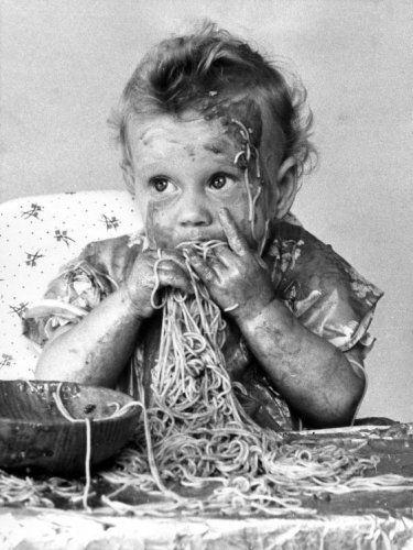 De 11-maanden oude Wendy Rote uit St. Petersburg (Florida - Verenigde   Staten) knoeit met veel plezier in een groot bord spaghetti. Foto: 28 oktober   1960.