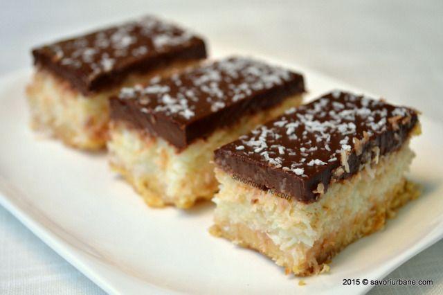 Prajitura Bounty cu ciocolata si cocos. Reteta de Bounty de casa este una simpla, usor de realizat.  Are un blat fraged, crema cu cocos si glazura bogata in ciocolata. Daca sunteti amatori de cocos si de ciocolata nu trebuie sa ratati aceasta prajitura.