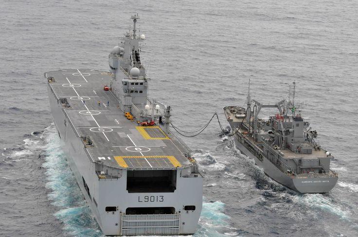 O Almirante Gastão Motta  realizando Transferência de Óleo no Mar (TOM) em 13 de junho com o Navio de Assalto Anfíbio Mistral – L 9013 da Marinha Francesa, durante as operações de busca ais destroços e vitimas do acidente com o vôo AF-447 da Air France. (foto: CCSM).