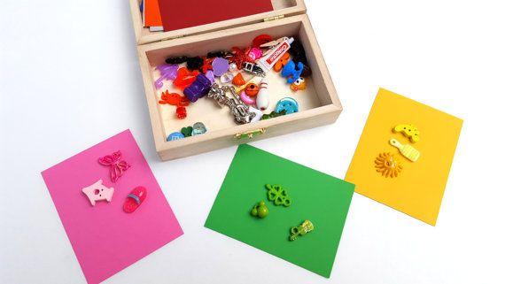 Diese Montessori inspiriert Farbe, die Sortier-Box die perfekte Lösung ist für Ihre kleinen eine Arbeit auf Sortierung und Klassifizierung zu helfen. Perfekt für Ihr Vorschulkind, können sie zuerst alle Artikel nach Farbe entsprechend der mitgelieferten Farbkarten sortieren.  Das Set hat eine Vielzahl von Schmuckstücken in zehn verschiedenen Farben. Jede Farbe hat fünf Stücke für Ihr Kind zu sortieren. Ebenfalls enthalten sind zehn 4 x 3 Farbkarten. Die Farben enthalten sind: rot, Orange…