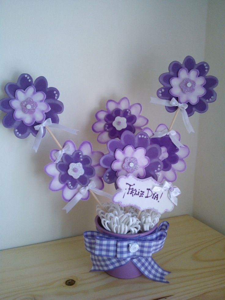 Maceta flores lilas goma eva.
