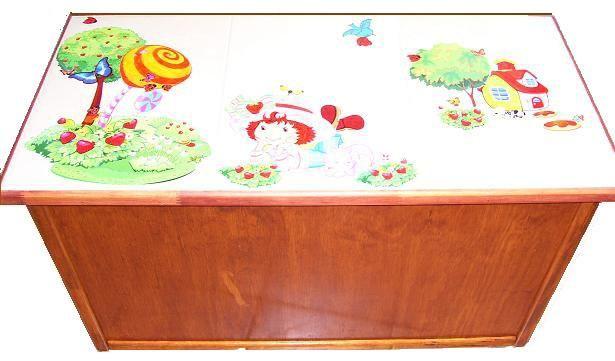 CLAF - Lindo Baul de Frutillitas para Niñas (COD 302 - Baul) Cubierta de Cerámica En madera terciada liso o MDF. Con adhesivos, pintada y barnizada. Soporta más de 100 kg. Medidas: - Frente: 84 cm - Ancho: 42 cm - Alto: 43 cm Precio:  45.000 www.claf.cl