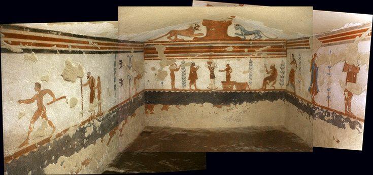 TUMBA DE LOS JUEGOS En el centro de la pared está representado juegos fúnebres en honor del difunto, que aparece retratado a la derecha, sentado sobre un taburete en calidad de espectador y juez que observa a un joven acróbata, una equilibrista con un candelabro sobre la cabeza y un músico de doble flauta. Sobre la pared derecha hay un músico con una siringa,  entre dos parejas de bailarines. En la pared izquierda aparece: un joven desnudo, un hombre corriendo, un hombre anciano con barbas…
