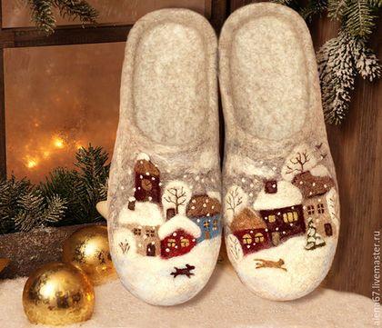 Купить или заказать тапочки валяные  'Зима в городе Н' в интернет-магазине на Ярмарке Мастеров. Нарядные тапочки, сваляны из шерсти овечек породы Бергшаф. Рисунок выполнен в технике сухого валяния. Легкие, мягкие и очень уютные. Замечательный подарок на Новый год!