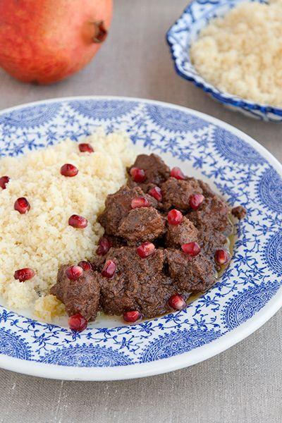 Il fesenjan è un tradizionale spezzatino di pollo della cucina persiana, con un caratteristico sugo agrodolce a base sciroppo di melagrana e noci.