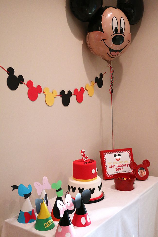 Mickey Mouse birthday party. Hot diggity dog! Super cute Mickey Mouse party ideas!