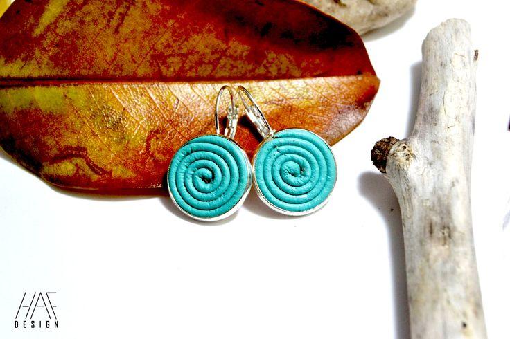 Boucles d'oreilles dormeuses en CUIR BLEU ET plaqué argent 925 : Boucles d'oreille par haf-design