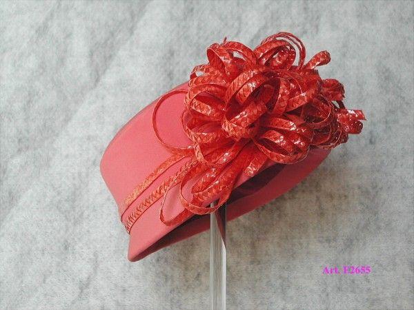 Cappello realizzato in crepe. Disponibile in tutti i colori e misure