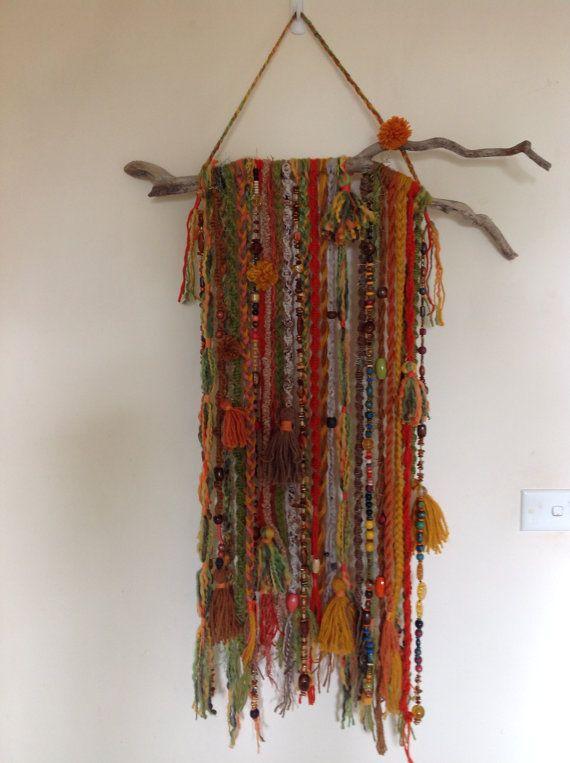 Eine wirklich interessante Wandbehang mit einem Unterschied. Orange, grün, braun. Hergestellt aus Wolle und Perlen. Es besteht aus Flechten, Zöpfe. Knoten, Makramee, Pompons und Quasten hängen von einem wunderschönen Stück Treibholz. 60cm breit (mit Ausnahme von Treibholz) 235 90 cm lang (mit Ausnahme von hängenden) 35,5
