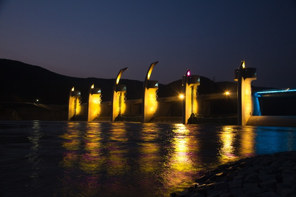 The Night view of Habcheonchangnyeong reservoir at Nakdong river among 16 reservoirs [ 16개 보 중, 낙동강 합천창녕보의 야경 ]