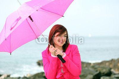 Ragazza con ombrello fuxia