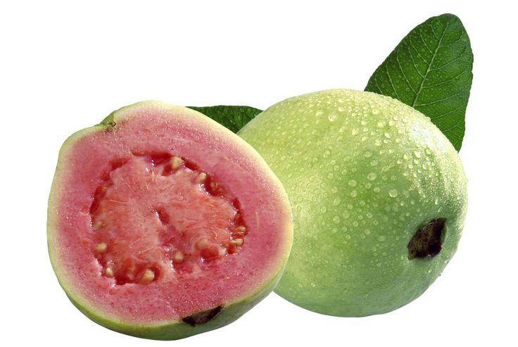 ★La guayaba es una de las denominadas frutas exóticas. Con su forma de pera y un color que puede variar entre amarillo, verde claro y bermellón, se ha ido extendiendo en el mercado mundial por los grandes beneficios que aporta a la salud. Pero, ¿cuáles son estos beneficios?Nos ayuda a perder pesoLa guayaba es un ali