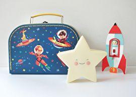 In dit leuke koffertje met retro illustraties van astronauten en ruimteschepen zitten een houten rakket met draaibaar astronautje en een super schattig nachtlampje van een ster. €23,95