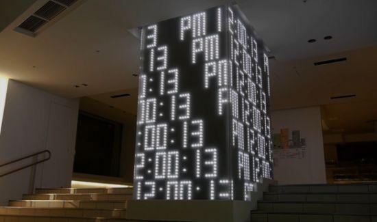 Une superbe installation « Clock of Light » placée à l'entrée du magasin – flagship Seibu Ikebukuro. Une structure entièrement construite de 4 surfaces LED avec un affichage de l'heure, le tout sur une direction artistique et une programmation de Yugo Nakamura (Tha Ltd) .