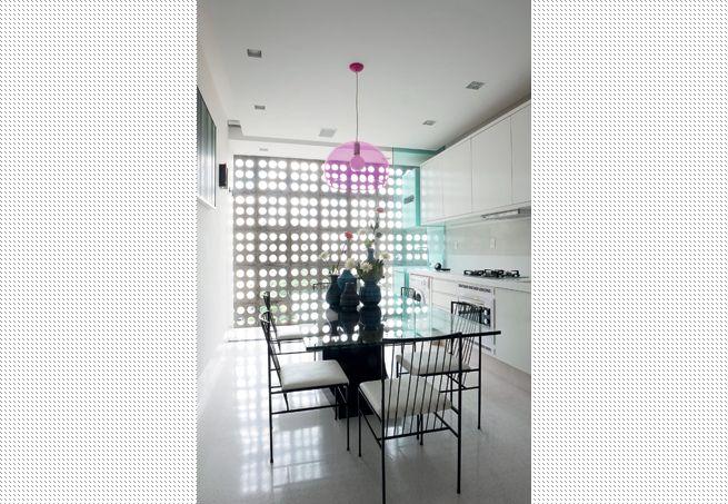 Na reforma desta casa, a arquiteta Rachel Nakata deixou tijolinhos à mostra na parede da cozinha. A intenção era fazer um ambiente com cara ...
