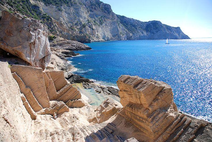 Atlantis o Sa Pedrera de Cala d'Hort es un secreto de Ibiza. Playa nudista muy poco conocida incluso entre los habitantes de Ibiza. Lugar mágico y bonito.