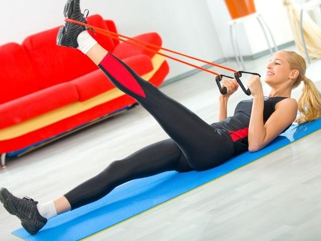 Фитнес-тренировки для молодости тела. Стрейчинг  Эта тренировка направлена на мягкую и плавную растяжку мышц, как внешних, так и внутренних. Нагрузка увеличивается с каждой тренировкой, в зависимости от уровня подготовки и цели тренирующегося.  Эксперты рекомендуют этот вид тренировки, если у тебя есть проблемы с мышцами спины и перебои с работой ЖКТ.  Длительность тренировки: 60 минут.  Чтобы был результат, заниматься нужно не менее 2 раз в неделю. Плюс делать легкие растяжки по 10-15…