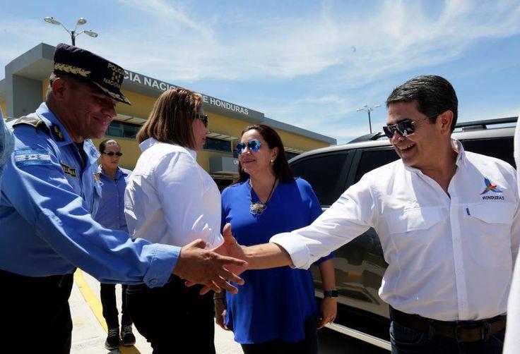 """Honduras: """"Nos comprometemos a más seguridad"""": JOH. El presidente JOH visitó ayer Santa Bárbara para inaugurar el nuevo edificio de la Policía Nacional. http://www.laprensa.hn/honduras/1104607-410/seguridad-joh-elecciones-polic%C3%ADa-santa_barbara"""