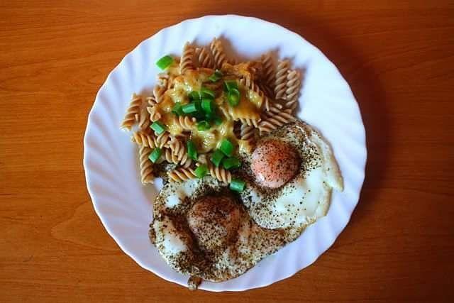Dzień dobry!  Dziś na śniadanie tradycyjnie jajka () makaron pełnoziarnisty i ser żółty (). Najadłam się meeeega  Miłego dnia  #breakfast #breakfasttime #eggs #egg #pasta #cheese #sniadaniemistrzow #sniadanie #jajko #jajkosadzone #makaronrazowy #ser #sport #gymmotivation #gym #muscle #keto #motywacja #ketoza #motywacja #sunnymorning #spring #wiosna #polishgirl #girl by _endomoc_