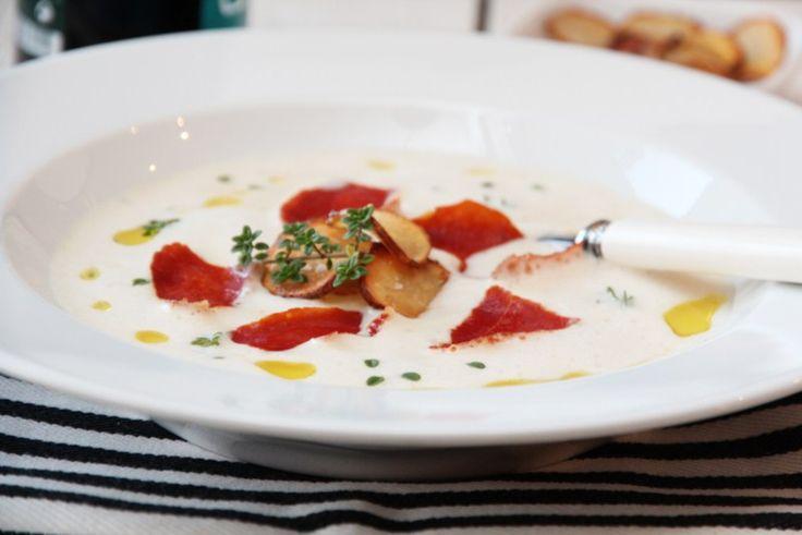 Jordskokk er en rotknoll som trives godt i en fyldig og kremet suppe. Du kan gjerne nyte den som hovedrett, men selv synes jeg denne suppen passer ypperlig som forrett i et festelig lag. For her ha…