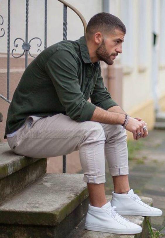 Tênis Cano Alto. Macho Moda - Blog de Moda Masculina: Tênis Cano Alto Masculino, Como Usar? 23 Dicas para usar Sneaker Cano Alto, Sneaker Cano Alto. Camisa Verde Militar, Calça Bege, Tênis Branco
