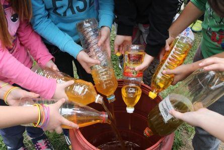 Οι μαθητές συγκέντρωσαν 60 λίτρα τηγανέλαιο και η εταιρία ανακύκλωσης τους «πλήρωσε» με 18 λίτρα απορρυπαντικών για τις ανάγκες του σχολείου.Στις αρχές Μαρτίου του τρέχοντος έτους, μαθήτριες και μαθητές του 11ου Δημοτικού Σχολείου Κατερίνης συμμετείχαν σε ενημερωτική εκδήλωση με θέμα «Το τηγανέλαιο» που οργάνωσε η ΕΟΔνΠ σε συνεργασία με τους εκπαιδευτικούς του σχολείου. Τα παιδιά ενημερώθηκαν για τις τραγικές επιπτώσεις της ανεξέλεγκτης απόρριψης του τηγανέλαιου στο περιβάλλον.