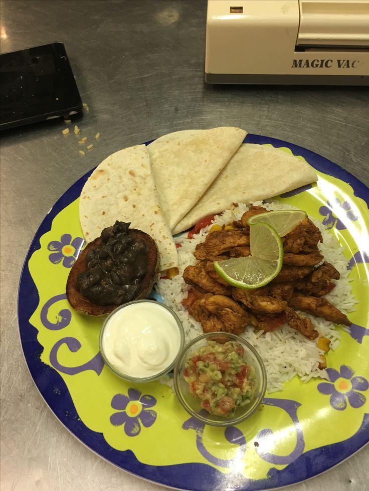 Pollo all'achiote e naraja arroz basmati,papas con frijioles negro  Panna acida e guacamole...