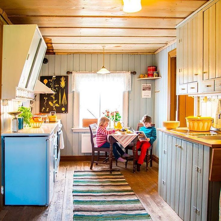 Luke 13: nytt #kjøkken 100% #gjenbruk! Klikk deg inn og få tips og inspirasjon til hvordan du kan lage et sjarmerende kjøkken for en rimelig penge. #sjarmerendekjøkken #gamlehus #norskehjem #julekalender #cathrineholm #svalgangshus