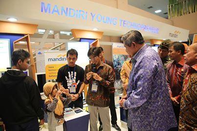 Orang nomor satu Indonesia menyempatkan cara belajar Bahasa Isyarat BISINDO