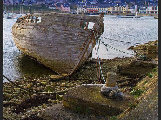 Une épave dans le cimetière de bateaux de Camaret-sur-Mer, dans le Finistère, en Bretagne.